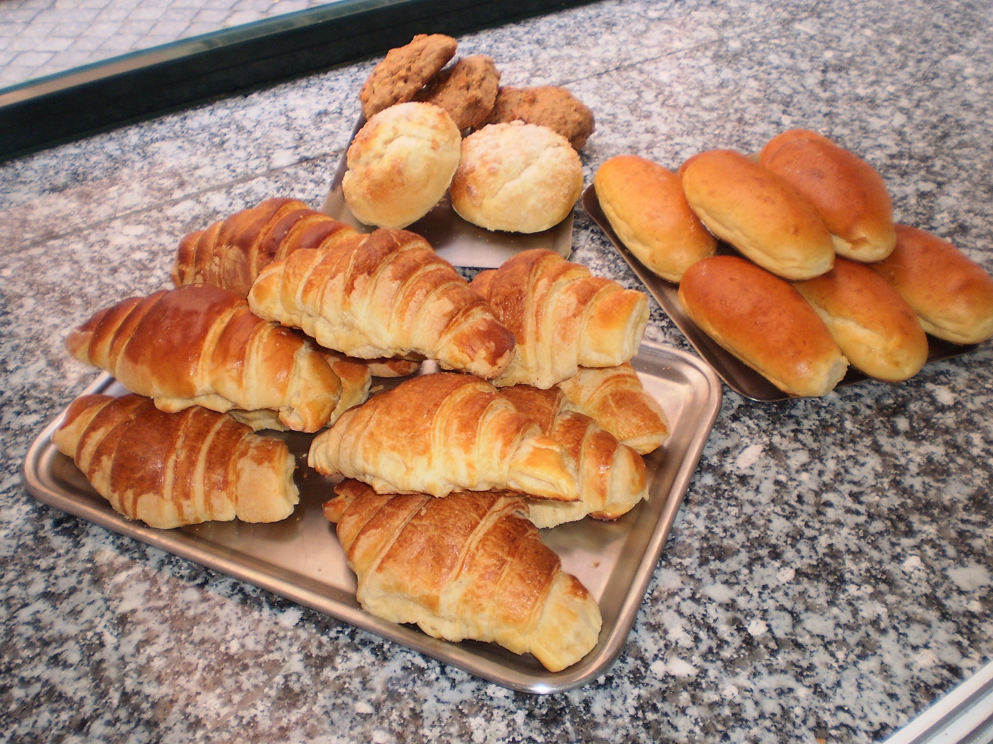 Croissants, pães de leite, rochas e pães de Deus